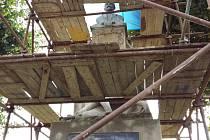 V Bezměrově opravují památník obětem obou světových válek: práce financuje obec ze svého rozpočtu, hotovo má být do konce srpna.
