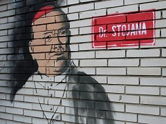 Neznámý pouliční umělec se v Hulíně vyznamenal zatím dvakrát: podobiznou Františka Palackého a Antonína Cyrila Stojana.