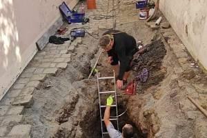 Kvůli havárii kanalizace musela být dočasně uzavřena oblíbená Lennonova ulička v centru Kroměříže. Propadla se tam část dlažby v místě, kde se objevila dutina v kanalizaci.