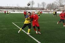 Na podzim roku 2006 nastupovali Michal Šrom (vlevo) a Roman Číhal společně za Bystřici, nyní už bojovali o míč, každý v jiném dresu.