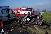Řidič osobního auta nezvládl průjezd křižovatkou a narazil do návěsu kamionu.