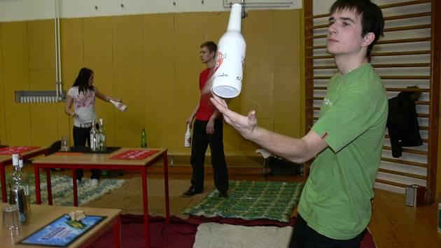 Na Střední hotelové škole v Kroměříži se od 18. do 22. 2. 2008 konal barmanský kurz, na kterém se studenti učili míchat nápoje a tak zvaný free style.