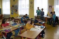 Základní škola v Počenicích vyučuje ve spojených třídách. Dětem to podle tamních učitelek prospívá.