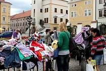Na Velkém náměstí v Kroměříži se konal bazar oblečení na podporu Unicef.