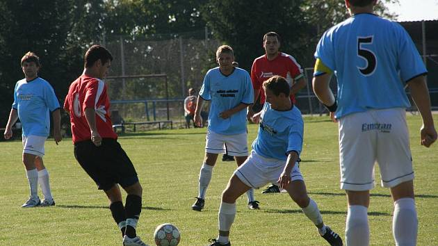 Fotbalisté Němčic (v červeném) poprvé udrželi čisté konto.