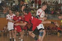 Házenkáři Bystřice (v červeném) si připsali třetí vítězství.