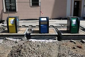 Nové podzemní kontejnery na tříděný odpad na náměstí Svaté Anny v Holešově