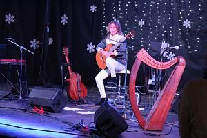Výstaviště Floria Kroměříž připravila výstavu betlémů s prodejem vánočních ozdob, svařáků, vánočních punčů a mnoho dalšího. Večer zakončila koncertem Lenka Filipová (na snímku).