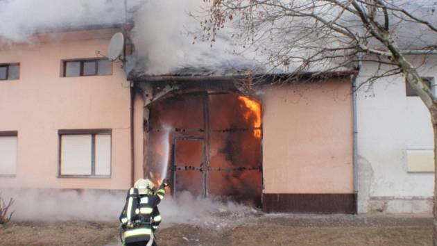 V Hulíně hořel průjezd domu.