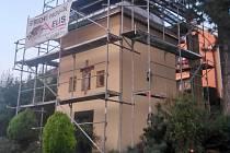 Obstavena lešením je v těchto dnech kaple v Lubné. Brzy se dočká nové střechy.