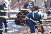 Stará radnice v Morkovicích poslouží hasičům jako místo k výcviku. Už v pondělí 2. února si tu vyzkoušeli rozebrat střechu a podlahu budovy.