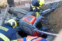Krajští hasiči a záchranáři, zachraňovali muže, kterého v Chropyni zavalil bagr