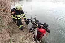 Výlov kočárku z řeky Moravy v Kroměříži - 2. dubna 2021