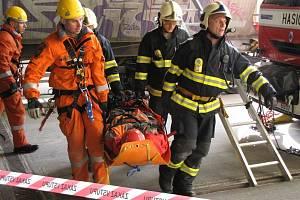 Hasiči ve sladovně cvičili záchranu zasypaného člověka