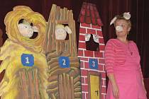 V kroměřížském volnočasovém středisku Šipka sehráli pro děti ze čtyř mateřských škol představení o třech prasátkách manželé Bartoníkovi z Blatnice pod Svatým Antonínkem.