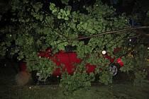Silné bouřky, před kterými meteorologové varovali, na Kroměřížsko dorazili až nad ránem a vyžádali si tam dva výjezdy hasičů kvůli popadaným stromům.