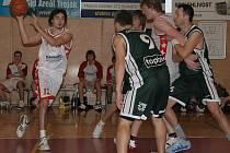Basketbalisté Slavie (v bílém) letos příjemně překvapují.