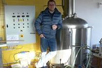 Před dvěma lety zkusil uvařit pivo doma ve sklepě, dnes vlastní pivovar v Kroměříži.
