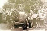 BÍLANY, SVĚCENÍ HASIČSKÉ STŘÍKAČKY. Slavnost svěcení nové stříkačky v neděli 10. srpna 1947 byla spojena i se svěcením nového zvonu. Konalo se kázání a mše svatá.