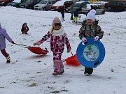 Někoho sníh přece jen potěšil: jen co napadl, kopec na chropyňském sídlišti obsadily místní děti s nejrůznějšími vozítky.