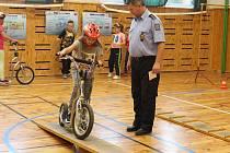 V holešovském TyMy centru pojali Den bez aut hravě: děti si tam vyzkoušely jízdu zručnosti, nordic walking, poznávání dopravních značek, nebo zdravovědu. Kromě toho je ale čekal také slalom na invalidním vozíku a slepecké dráhy.