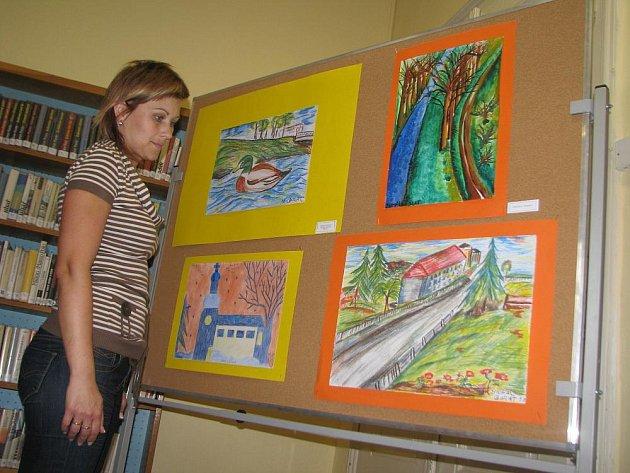 V hulínské knihovně je až do konce srpna k vidění výstava obrazů žáků ZŠ Hulín.