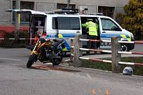 Motorkář narazil v Brusném do domu a vážně se zranil