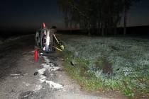 Osmapadesátiletý řidič i jeho spolujezdkyně vyvázli z havarovaného auta s lehkým zraněním. K nehodě došlo 23. září mezi obcemi Zdounky a Troubky.