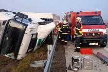 Převrácený kamion brzdil provoz na dálnici asi sedm hodin.