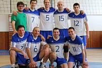 Druholigoví volejbalisté Hulína (v bílém) o víkendu doma dvakrát prohráli 0:3 s Holubicemi.