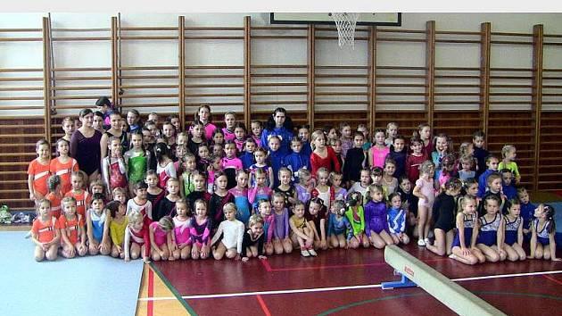 Rekordní počet gymnastek zaplnil tělocvičnu v Hulíně.
