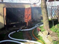 Čtyři jednotky hasičů si vyžádal požár garáže v Holešově