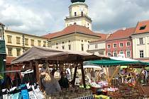 Na Velkém náměstí v Kroměříži se v pátek a v sobotu v rámci oslav výročí UNESCO konal jarmark lidových řemesel.