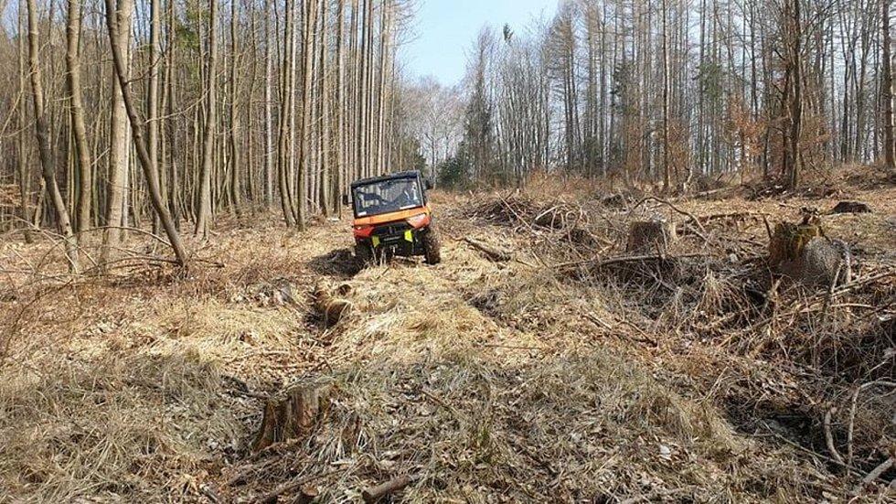 Hasiči z Chvalčova zachraňovali muže v lese, 25. březen 2021.