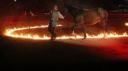 Sobotní večer na ranči na Kostelanech patřil opět kovbojům, ohni a koním. Konala se tam tradiční noční show, která nalákala stovky lidí.
