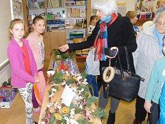 Tradiční vánoční jarmark ve čtvrtek uspořádali také v kroměřížské ZŠ Zámoraví. Nakoupit si vánoční dekorace, ochutnat cukroví či vánoční punč tam dorazily stovky lidí.