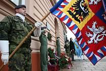 Slavnostní odhalení pamětní desky československým armádním letcům v RAF za II. světové války na Hanáckém náměstí v Kroměříži.