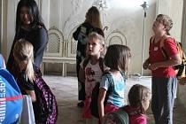 Studentka z Číny, která aktuálně žije v Austrálii, pomáhá při městském táboru holešovského středisla TyMy s dětmi. V úterý v rámci výletu navštívili zámek v Kroměříži.