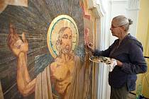 Unikátní barokní hřbitov ve Střílkách na Kroměřížsku. V současnosti restauruje oltářní obraz kaple akademická malířka Marie Dočekalová.