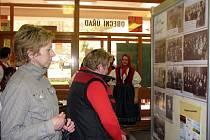 Od soboty 24. dubna 2010 prostory obecního úřadu na Rusavě zdobí výstava historických fotografií. Potrvá týden, v případě zájmu pak ještě déle.