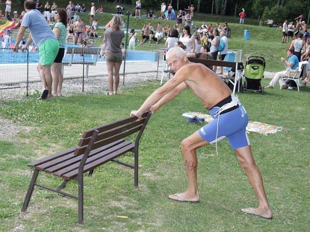 Jiří Janečka z Otrokovic se zúčastnil triatlonu Morkovské chlap. I ve svých takřka 70ti letech je pořád aktivním sportovcem.