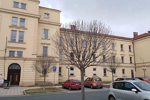 Chátrající bývalá vojenská budova na Hanáckém náměstí v Kroměříži