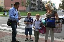 V úterý čtvrtého září od půl osmé do osmi dohlíželi příslušníci policie spolu s koordinátorem BESIPU u Základní školy Slovan v Kroměříži, na ulici Moravská, na bezpečnost při přecházení přechodů.