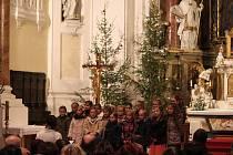 """V sobotu se konal v kostele Panny Marie v Kroměříži benefiční koncert ve prospěch Charity Kroměříž. Výtěžek půjde na podporu projektu """"Prázdniny na kolečkách"""", jež má pomáhat lidem se zdravotním postižením."""