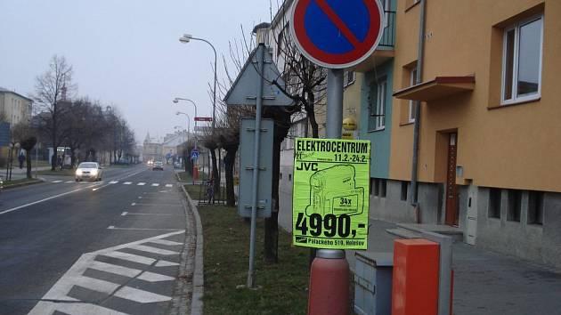 Neobvyklá kombinace dopravního značení čeká na řidiče, který se rozhodne zaparkovat v holešovské Masarykově ulici. Těsně před nově vyhrazenými parkovacími místy je totiž značka zákaz stání, která je podle zákona vodorovnému značení nadřazena.
