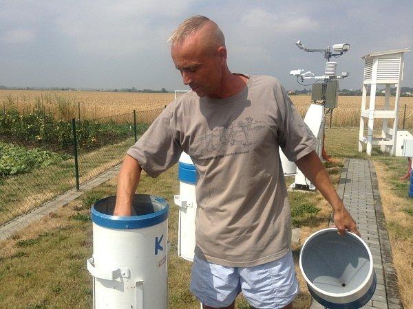 Na Meteorologické stanici vHolešově se počasí sleduje a zaznamenává šedesát let. Vedoucí stanice Petr Škop ukazuje jednotlivé měřící přístroje.