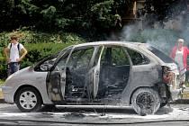 U plameny zasaženého osobního auta zasahovali v úterý odpoledne v ulici Tovačovského v Kroměříži hasiči. I přes rychlý zásah hasičů zbylo z auta pouhé torzo.