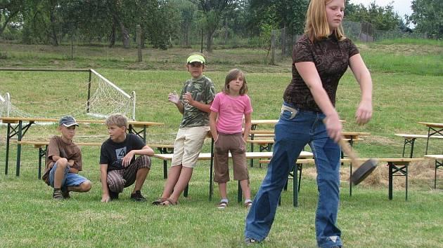 Na hřišti TJ Medlov se v sobotu 22. srpna 2009 konalo recesistické klání v hodu kladivem.