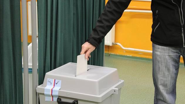 Dvě volební místnosti vedení hulínské radnice umístilo také do budovy tamní základní školy. Na příchozí voliče komise dlouho čekat nemusely.