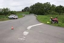 OHROZIL BATOLE. Sedmnáctiletý motorkář vjel bez rozhlédnutí do křižovatky a narazil do automobilu.